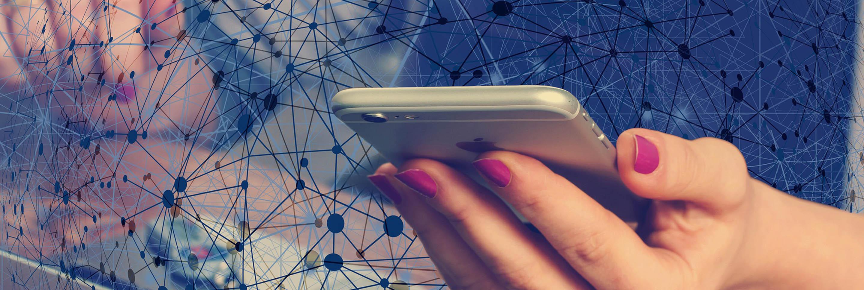 Smartphone in Hand umschwebt von Netz